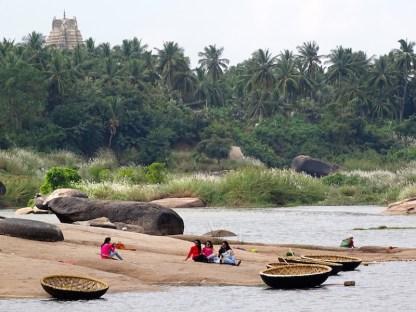 La riviere a hampi dans le karnataka en inde