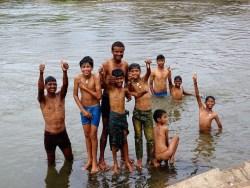 Des enfants indiens jouent dans une riviere a Hampi dans le karnataka en Inde