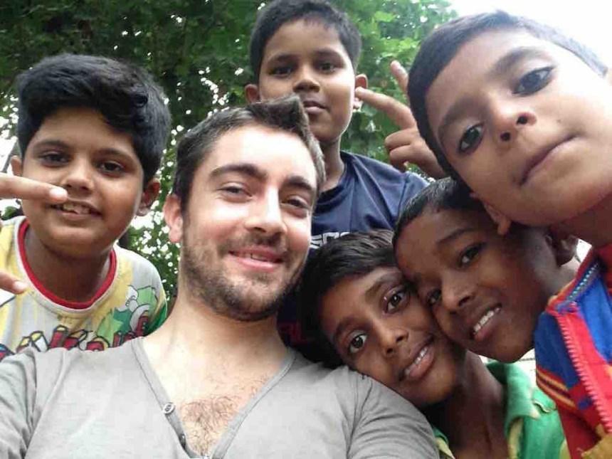 Un touriste et des enfants indiens à Mumbai en Inde