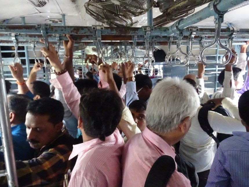 Photo dans un train de banlieue a Mumbai en inde