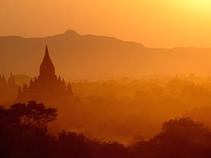 Les temples de bagan au coucher du soleil en birmanie