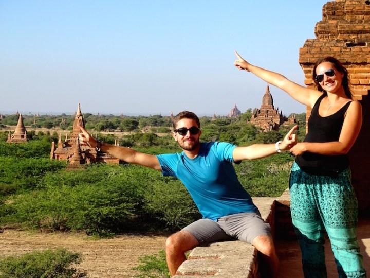 Des touristes aux temples de bagan en birmanie