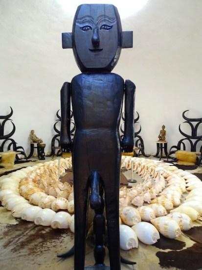 Statue dans la maison noire a chiang rai en thailande
