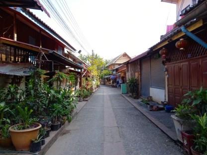 Une rue de luang prabang au laos