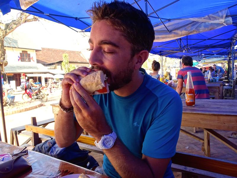 Manger un sandwish a Luang prabang au Laos