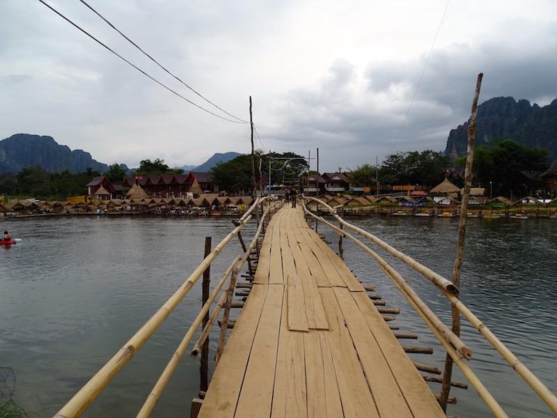 Un pont a vang vieng au laos