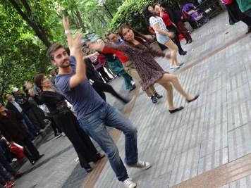 Cour de danse collective dans le parc !