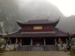 Un temple surgit dans la brume