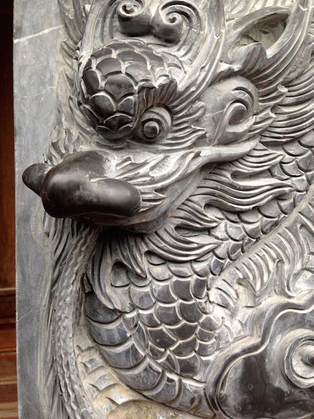 Attention, l'entrée du temple est gardée par un dragon féroce