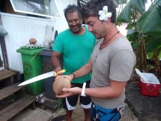 Opération ouverture de noix de coco
