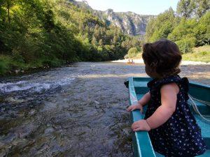 Un bébé sur une barque sur le tarn