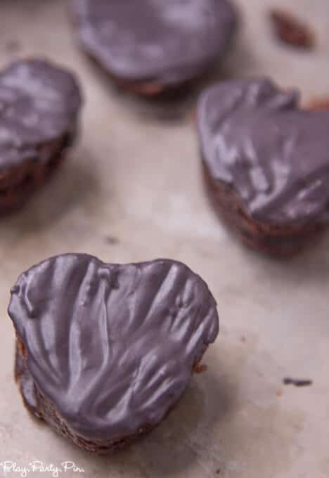 Love these cute chalkboard conversation heart brownies, such fun Valentine's Day treats and a fun modern take on conversation hearts from www.playpartyplan.com