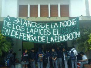 La protesta en las puertas del Colegio Nacional