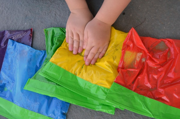 MESS FREE color mixing fun! DIY rainbow sensory bags, great for preschool!