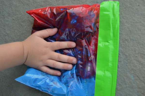 Color mixing sensory bags! Fun & MESS FREE activity great for preschoolers and toddlers