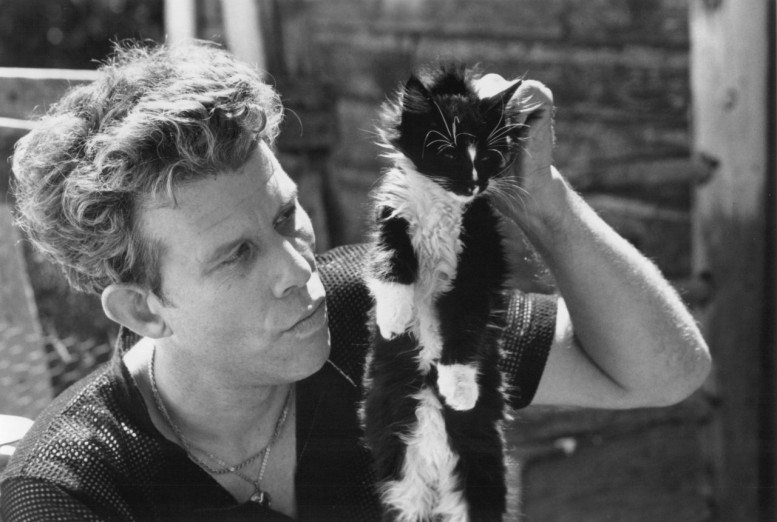 tom_waits_holding_cat_by_scruff-777x522