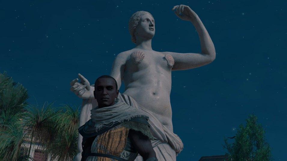 Kein Grund zum Hinschauen: Muscheln verdecken Brustwarzen einer Skulptur