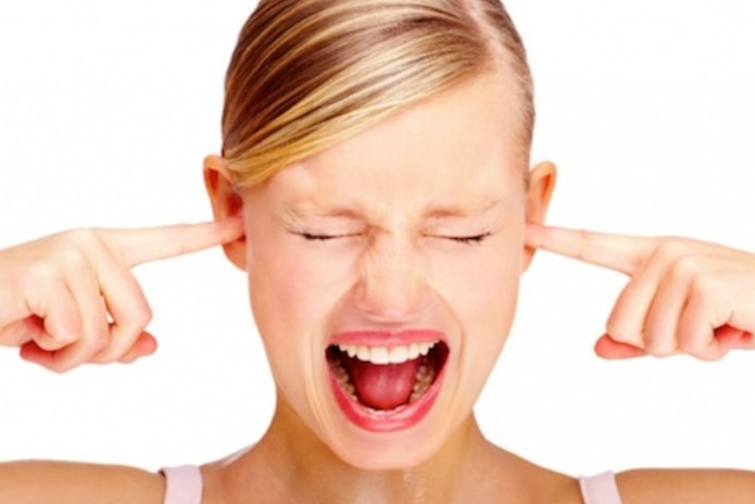 Mulher incomodada com o ruído
