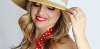 Loira de chapéu
