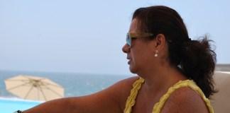 Mulher olhando longe