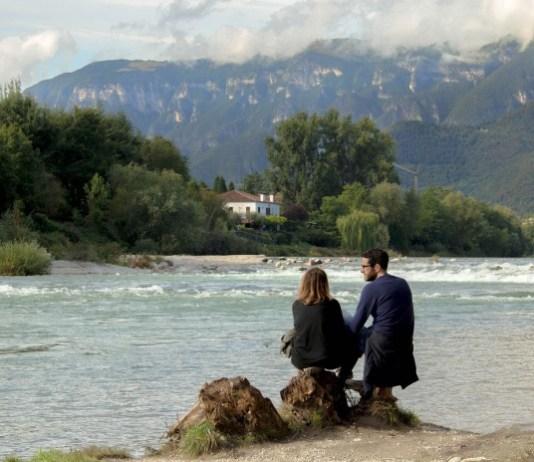 Casal na beira do lago