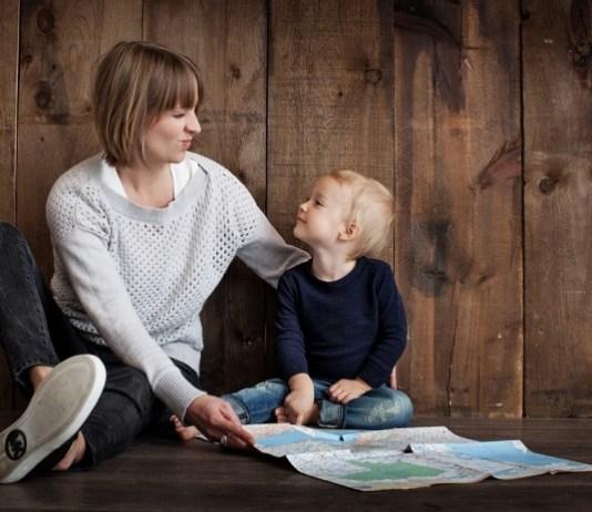 Mãe e filho sentados