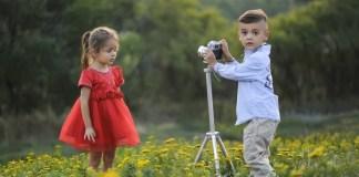 Casal de Criancas no campo