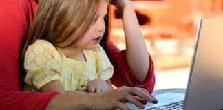 Maê e filha no computador