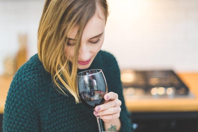 Mulher bebendo vinho