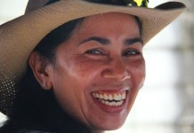 Mulher de chapéu sorrindo