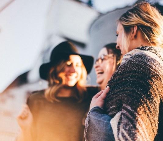 Mulheres conversam felizes