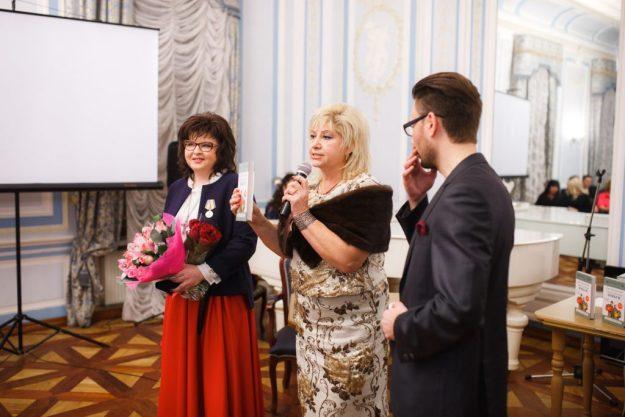 Лариса Плотницкая, Наталья Канивец и Александр Державин после вручения медали