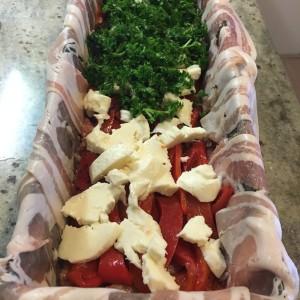 Na een laag gehakt zie je nu een laagje paprika, mozzarella en peterselie