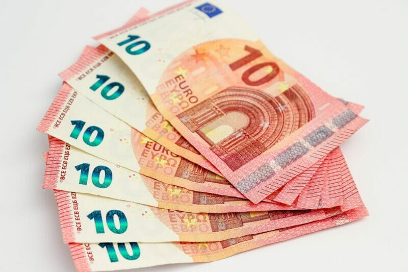 salaris money bills currency euros budget geld