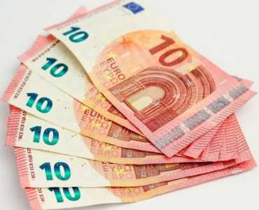 salaris money bills currency euros budget geld