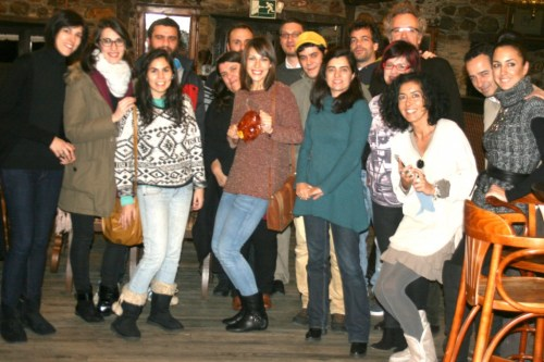 Detalle de algunos de los participantes que prolongaron la sobremesa en la cafetería