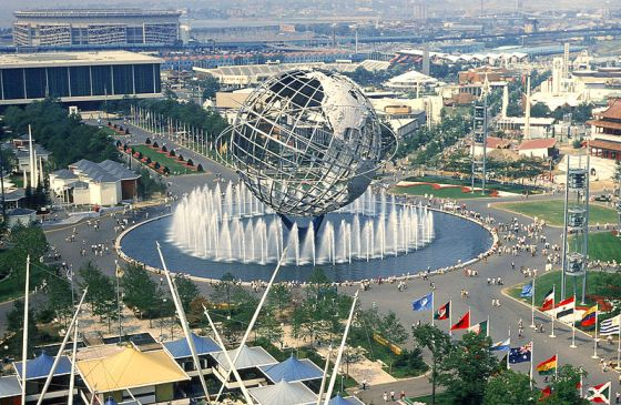 La fiera fotografata dal padiglione dello Stato di New York. Al centro l'Unisfera, globo  in acciaio,  36 metri di diametro, peso 380 tonnellate.