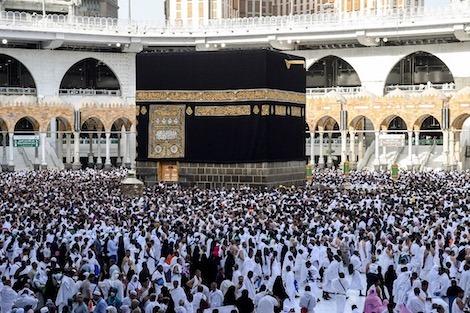ضيوف الرحمان يؤدون طواف الإفاضة بالمسجد الحرام