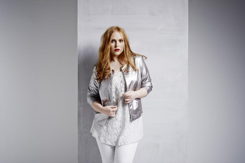 Curvy-Chic in Silber und Weiß