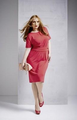 Sandy Dietrich in einem Model von Sallie Sahne