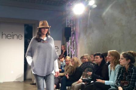 """Trendige Curvy-Mode: Auch als """"Pulli"""" zu tragen I Poncho aus der HW-Kollektion von GMK by Heine I PlusPerfekt.de"""
