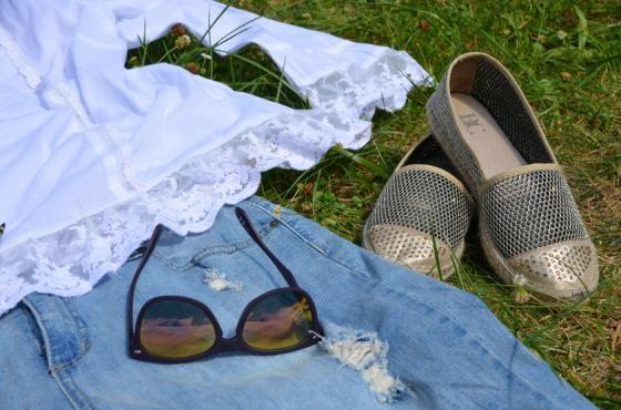 Luftige, transparente Rüschenbluse von Sheego I Espandrilles mit Glam-Faktor von Heine I Sonnenbrille Six I PlusPerfekt.de