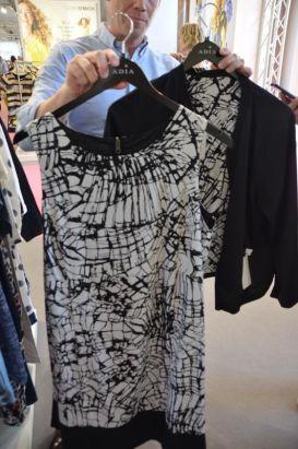 Outfit wechsle dich: Kleid und Blouson-Jacke zum Wenden. Innen schwarz, außen schwarz-weiß gemustert I ADIA