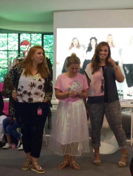 Die Mädels von Studio Untold schauen sich die Fashionshow an I PlusPerfekt.de