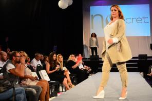 Fashion-Show bei der Wahl zur Fräulein Kurvig