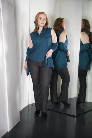 Top mit V-ausschnitt und Jacke I Business Fashion für Curvys I Adam Brody Zürich