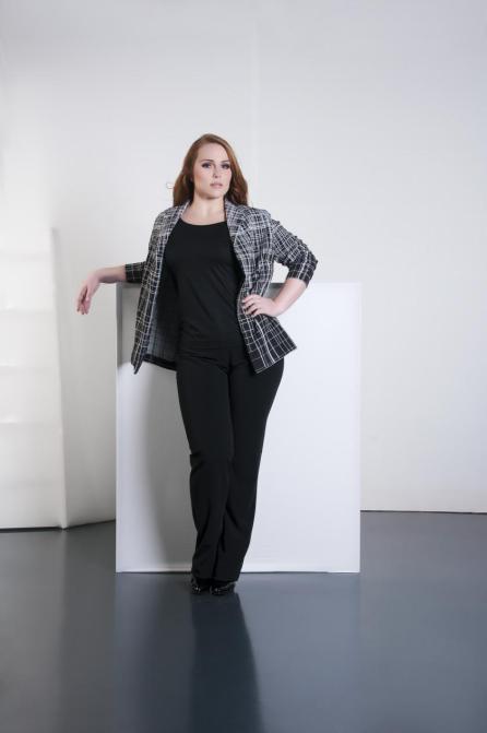 Plus Size Model Sandy Dietrich in Business Mode von Adam Brody Zürich