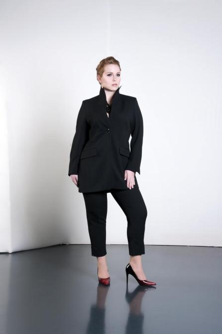 Ladylike! Sandy Dietrich im Zweiteiler in Schwarz I Business Fashion für Curvys I Adam Brody Zürich