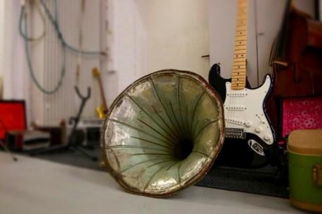 Grammophon-Trichter und E-Gitarre