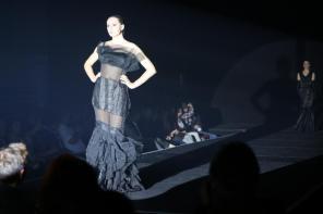 Raffiniert inszeniert I Abendkleid mit TransparenzI Kreiert im Rahmen des Modeseminars mit Harald Glööckler I Modeschule Brigitte Kehrer I Bild: PlusPerfekt